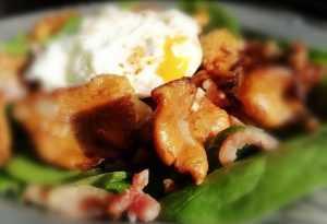 Salade de girolles françaises au lard, œuf cassé