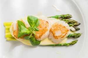 Recette Saint-Jacques à la sauce d'huîtres et aux asperges