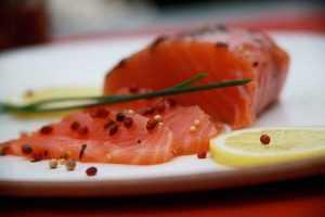 Recette Carpaccio de saumon aux baies roses et échalotes
