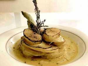 Millefeuille de pommes de terre à la Crème de lait de soja et poudre de curcuma.