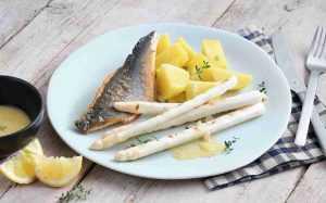 Recette Bar à la sauce au citron et asperges blanches